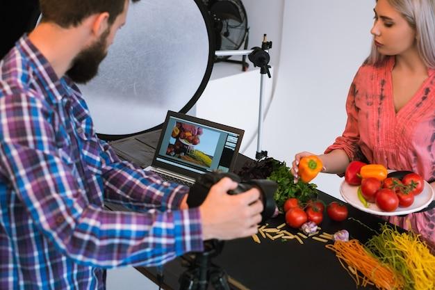 Fotografia kulinarna fotograf studyjny pracy zespołowej przy koncepcji reklamowej w pracy