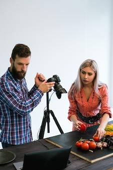 Fotografia kulinarna fotograf studyjny pracy zespołowej w koncepcji pracy