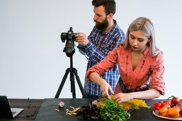 Fotografia kulinarna fotograf studyjny pracy zespołowej w pracy za kulisami koncepcji