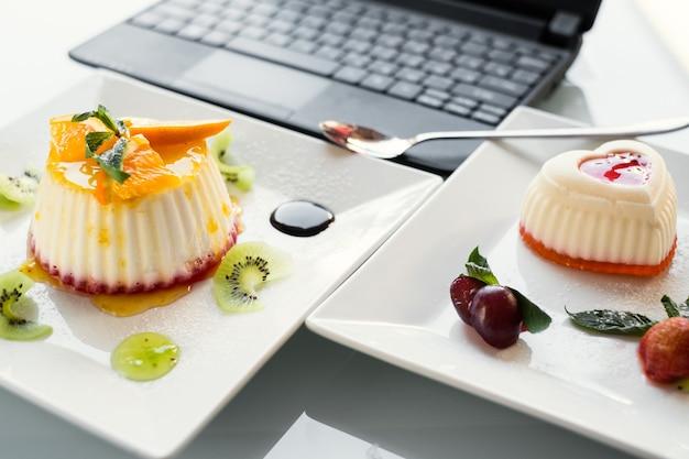 Fotografia kulinarna. restauracja dostarczająca firmę. koncepcja stylu życia bloga w sieci społecznościowej