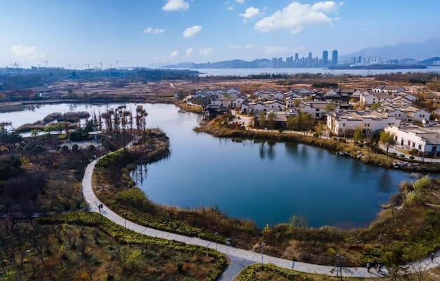 Fotografia lotnicza jesiennej scenerii w pięknym wiejskim mieście qingdao, chiny