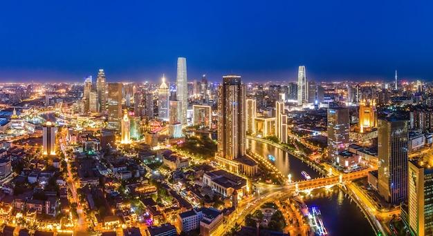 Fotografia lotnicza panoramy nocnej sceny miejskiego krajobrazu architektonicznego tianjin