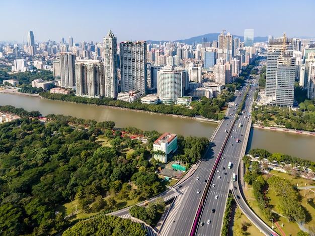 Fotografia lotnicza panoramy nowoczesnego miejskiego krajobrazu architektonicznego w guangzhou w chinach