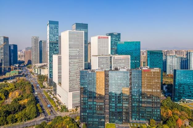 Fotografia lotnicza panoramy nowoczesnego miejskiego krajobrazu architektonicznego w hangzhou w chinach