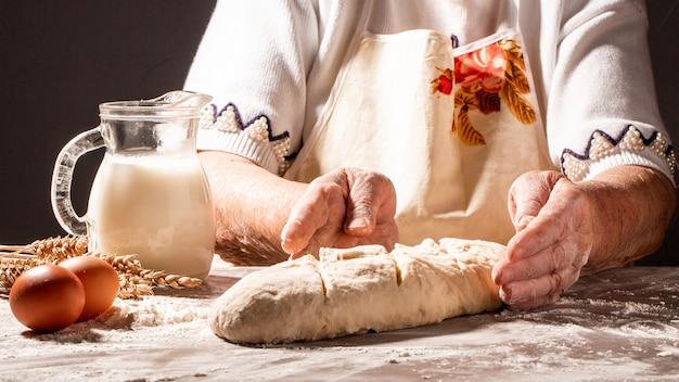 Fotografia mąki i kobiet ręki z mąką. gotowanie chleba. ugniatanie ciasta. koncepcja natury żywności, diety i bio