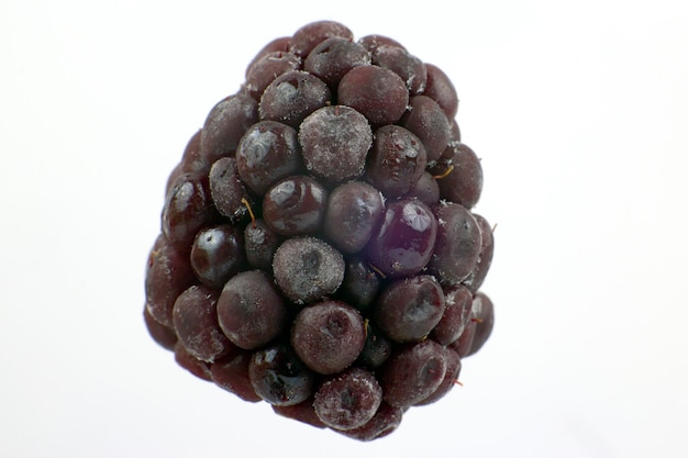 Fotografia makro jeżyny na białym tle. zdrowa i witaminowa żywność