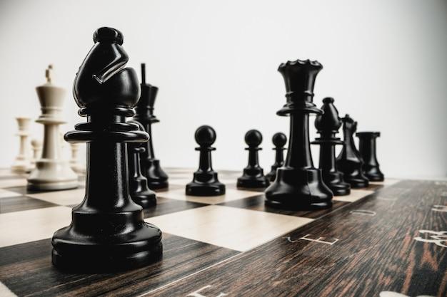 Fotografia makro sztuk szachowych na szachownicy
