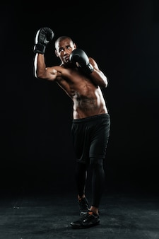 Fotografia młody afroamerican bokser, stoi w ochrony pozie