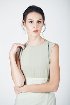 Fotografia mody młodej wspaniałej kobiety w jasnej sukience