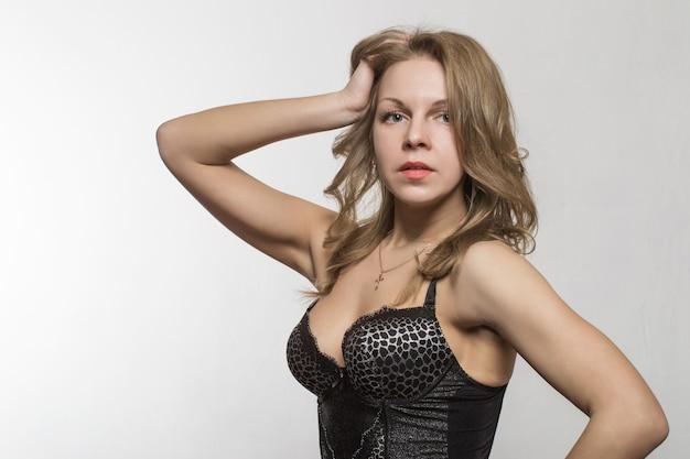 Fotografia mody piękna blondynka z naturalnym makijażem