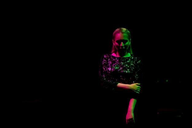 Fotografia mody sexy dziewczyny ubrane na czarno w nocnym klubie. klub nocny dziewczyna neon koncepcja.