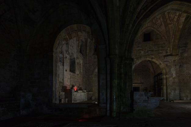 Fotografia nocna w ruinach klasztoru santa maria de rioseco,
