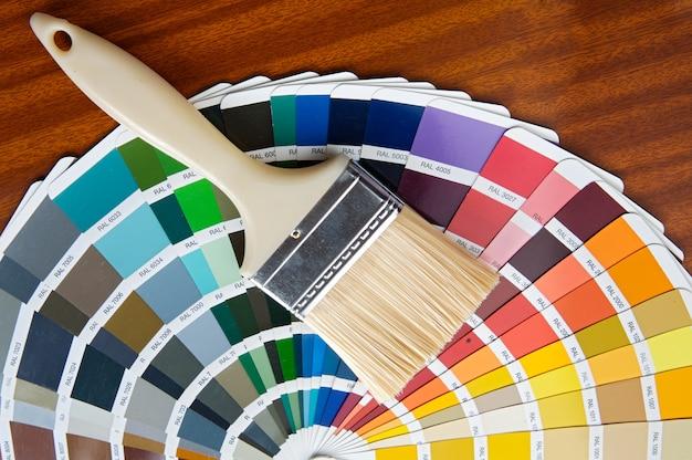 Fotografia paintbrush z kartą kolory