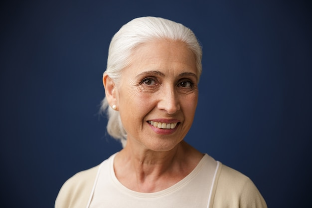 Fotografia powabna uśmiechnięta stara kobieta