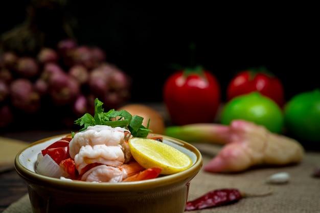 Fotografia przy słabym oświetleniu pikantne tajskie curry z jedzeniem zwane tom yum kung