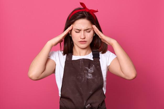 Fotografia przygnębiona wyczerpana młoda kobieta z czarnymi włosami jest pod stresem