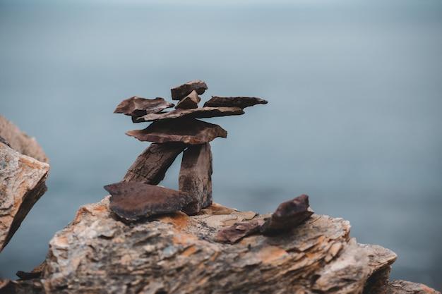 Fotografia selektywnej ostrości stosu kamieni na skale