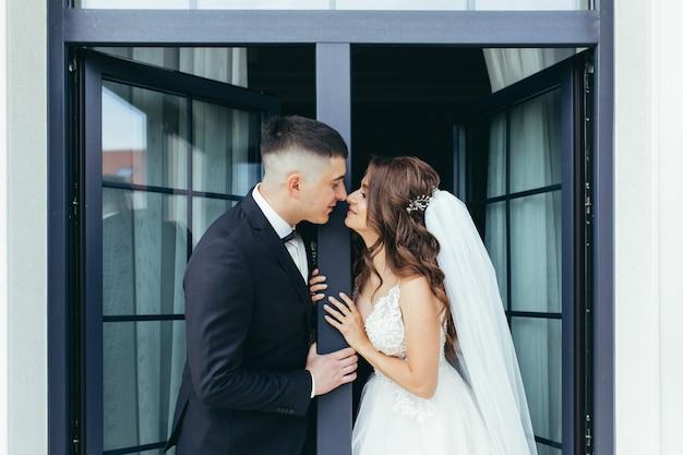 Fotografia ślubna, para zakochanych panny młodej i pana młodego