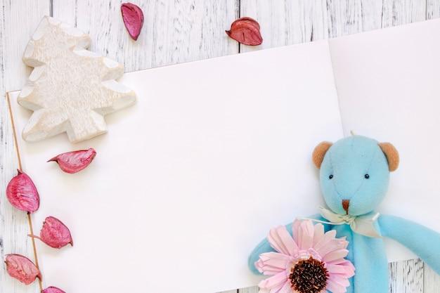 Fotografia stock mieszkanie nieaktualny rocznika biel malującego drewna stół purpurowy kwiat płatki niedźwiedzia lalki choinki rzemiosło