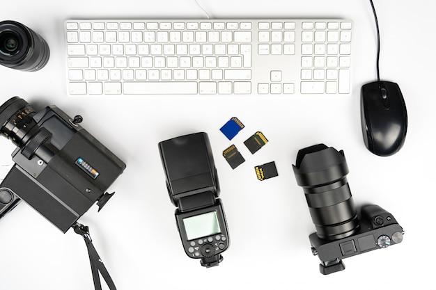 Fotografia studyjna z komputerami, aparatami, lampami błyskowymi i wieloma obiektywami