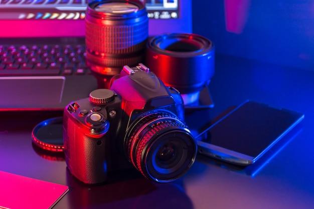 Fotografia studyjna z komputerami, kamerami i lampą błyskową