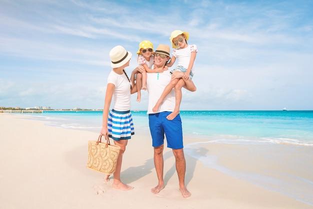 Fotografia szczęśliwa rodzina ma zabawę na plaży. letni styl życia