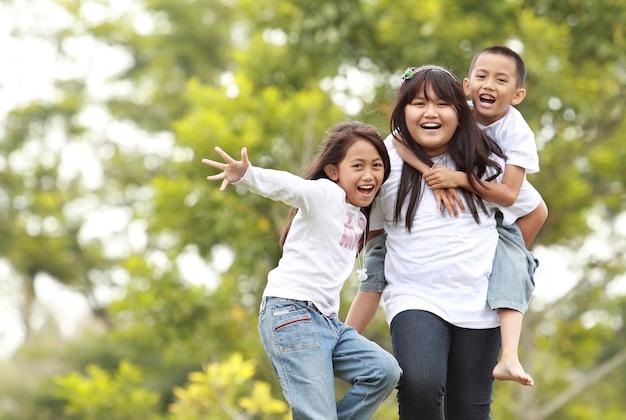 Fotografia szczęśliwe dziewczyny i chłopiec ma zabawę