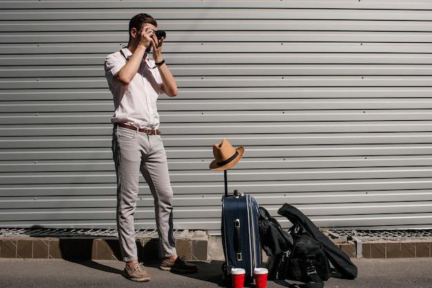 Fotografia turystyczna. podróżnik robi zdjęcia, czekając na powrót swojego partnera. koncepcja nowych doświadczeń i szczęśliwych wspomnień