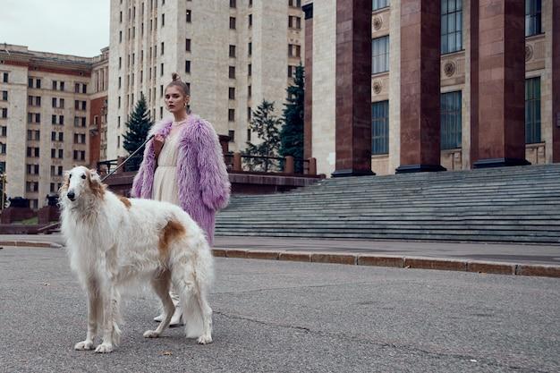 Fotografia typu mody stylowej kobiety z psem