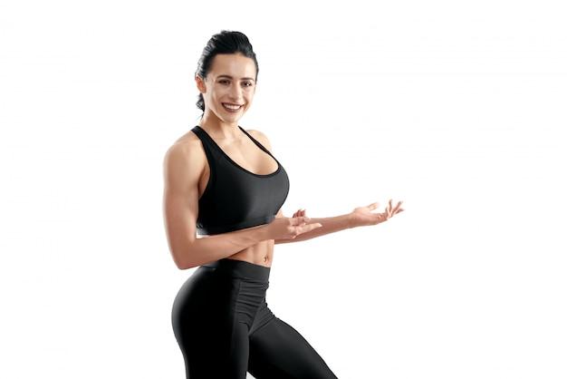 Fotografia uśmiechnięty sportowy model pozuje