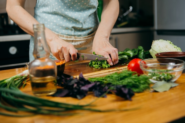 Fotografia żywności. robienie sałatki warzywnej