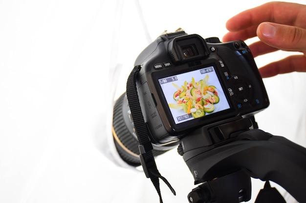 Fotografiando produktów comida con cámara reflex