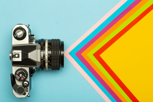 Fotografii kamery pojęcia kreatywnie tło. vintage retro aparat fotograficzny na kolorowym tle. koncepcja podróży, wakacji i fotografii