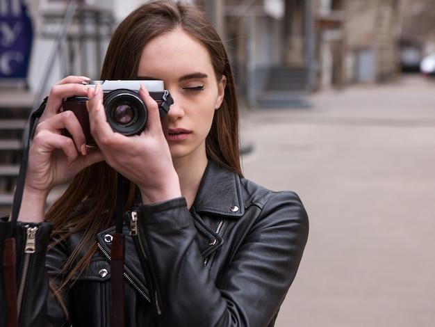 Fotografka. elektronika starej szkoły. piękna osoba ze sztuki, tło do sesji zdjęciowej, aparat retro, kreatywne hobby dla młodych ludzi