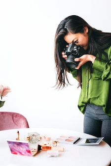 Fotografka fotografująca kosmetyki na stole