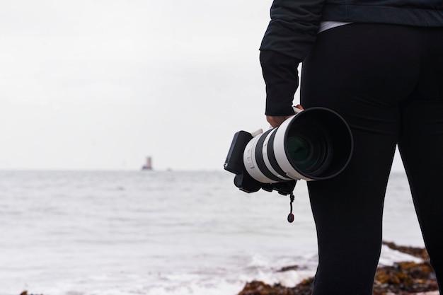 Fotografka fotografująca wieżę seymour na wyspach normandzkich