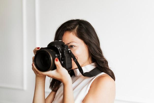 Fotografka trzymająca aparat cyfrowy