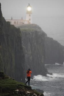 Fotografka w latarni morskiej neist point, isle of skye, szkocja