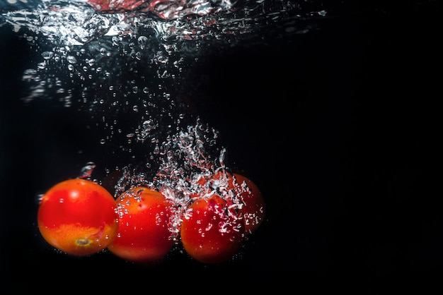 Fotografowanie pomidorów z dużą prędkością w wodzie