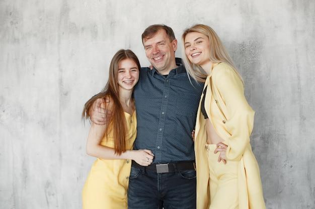 Fotografowanie rodziny na stulach w studio. koncepcja szczęśliwej rocznicy.