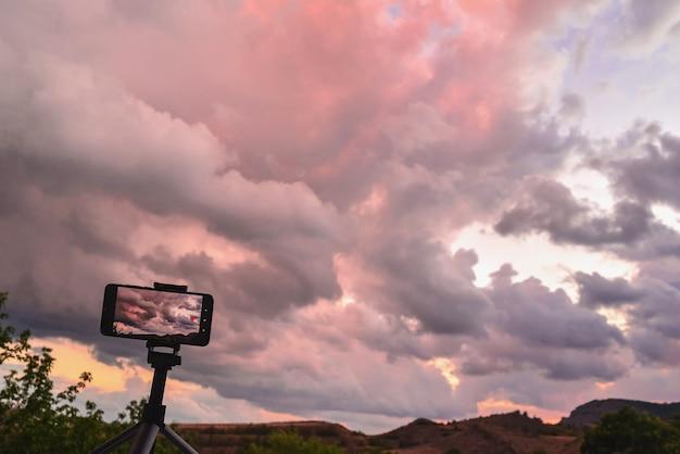 Fotografowanie różowego zachodu słońca na smartfonie w górach