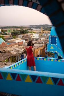Fotografowanie tradycyjnego niebieskiego domu w nubijskiej wiosce niedaleko miasta asuan. egipt