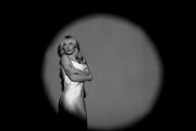 Fotografowanie z projektorami, czarno-białe, jasne i ciemne, z postacią pięknej dziewczyny pozującej, modnej tonacji.
