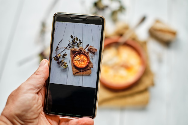 Fotografowanie zapiekanki z fasoli za pomocą smartfona
