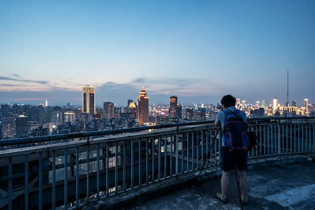 Fotografowie fotografują miejskie krajobrazy na dachu budynku w chongqing w chinach