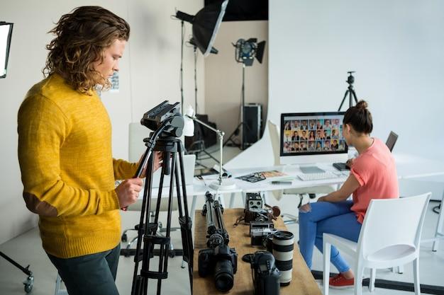 Fotografowie pracujący w studiu