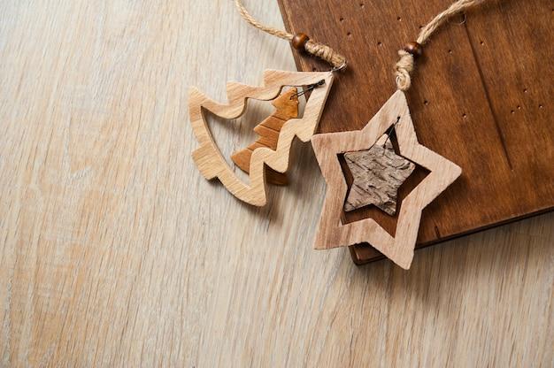 Fotoksiążka w drewnianej okładce i drewnianych zabawkach. boże narodzenie