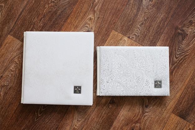 Fotoksiążki w okładce z prawdziwej skóry. kolor biały z ozdobnym tłoczeniem
