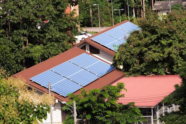 Fotowoltaiczne panele słoneczne zamontowane na dachu.