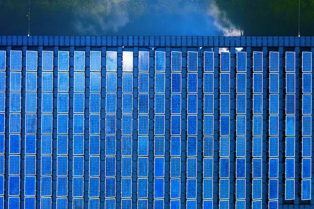 Fotowoltaika słoneczna z lotu ptaka, szereg rzędów elektrowni słonecznych na systemie montażu wody instalacja w lagunie